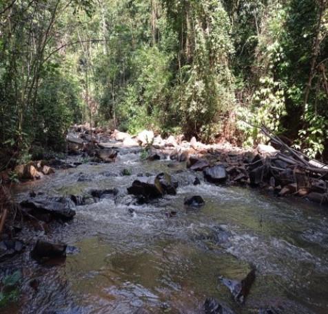 trilha-no-leito-do-rio-roteiro-cachoeira-sao-bento